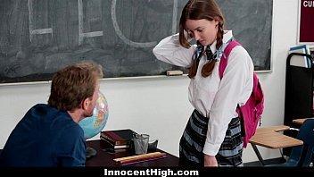 Aluna toda excitadinha provoca o professor na sala de aula