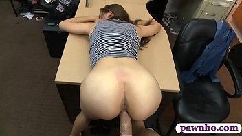 Comendo a colega de trabalho no escritório
