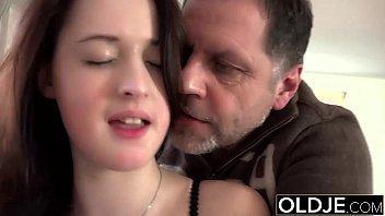 Ninfetinha seduzindo o padrasto tarado