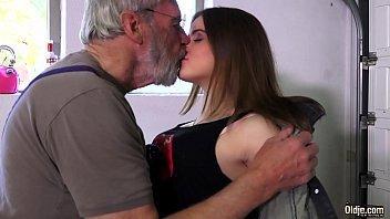 Magrinha tesuda transado com o avô
