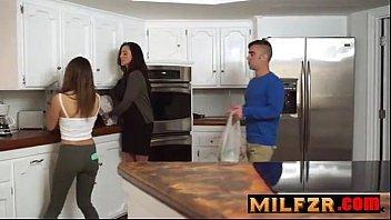 Filme de sexo filho comendo mãe e a irmã de quebradinha