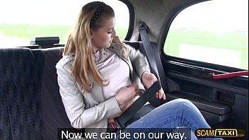 Loira bem safadinha fodendo no táxi