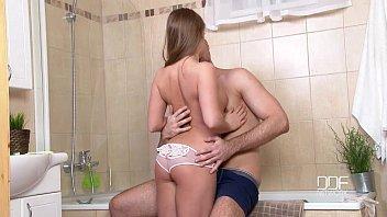 Comendo a namorada novinha no banheiro