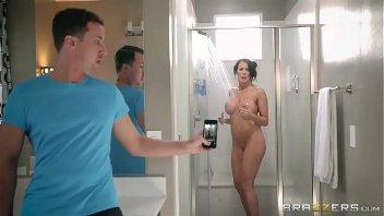 Filho flagra mãe gostosa tomando banho e fode ela